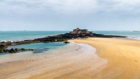 Παραλία Αγίου Malo, οχυρό εθνικό κατά τη διάρκεια της χαμηλής παλίρροιας Βρετάνη, Γαλλία, Ευρώπη στοκ εικόνα
