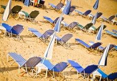 παραλία ανασκόπησης sunbeds Στοκ Εικόνες