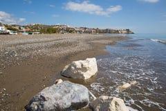 Παραλία ανατολικά Μάλαγα Λα Cala del Moral και κοντινός στο Λα Βικτώρια Rincon de στο Κόστα ντελ Σολ Ισπανία με τους άσπρους βράχ Στοκ Φωτογραφίες