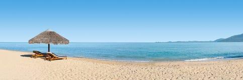 παραλία εμβλημάτων deckchairs Στοκ Φωτογραφία