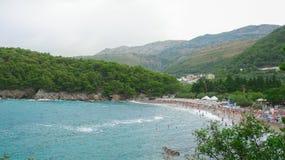 Παραλία ενάντια στα υψηλά βουνά Μαυροβούνιο στοκ εικόνες
