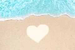 Παραλία θάλασσας και μαλακό κύμα του μπλε ωκεανού Θερινή ημέρα και αμμώδες beac Στοκ εικόνα με δικαίωμα ελεύθερης χρήσης