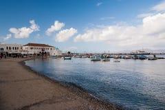 Παραλία θάλασσας στα mykonos, Ελλάδα Εκκλησία και σπίτια στο ψαροχώρι με τη συμπαθητική αρχιτεκτονική Εν πλω λιμένας βαρκών στο μ Στοκ Εικόνες