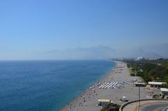 Παραλία θάλασσας στο υπόβαθρο των βουνών στην περιοχή Antaly στοκ φωτογραφία