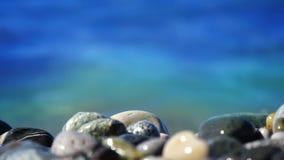 Παραλία θάλασσας των peebles με τον αφρό των κυμάτων στην κίνηση απόθεμα βίντεο