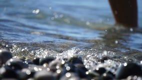 Παραλία θάλασσας των peebles με τον αφρό των κυμάτων στην κίνηση φιλμ μικρού μήκους
