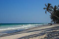 Παραλία Ινδικού Ωκεανού παραλιών Diani - φοίνικες, τυρκουάζ νερό στοκ φωτογραφία