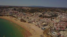 Παραλία και αρχιτεκτονική Albufeira στην ακτή του Αλγκάρβε, Πορτογαλία απόθεμα βίντεο