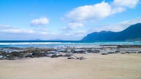 Παραλία και βουνά - όμορφη ακτή Caleta de Famara, Κανάρια νησιά Lanzarote στοκ εικόνες με δικαίωμα ελεύθερης χρήσης