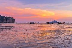 Παραλία και ηλιοβασίλεμα στο AO Nang, Krabi, Ταϊλάνδη με το παραδοσιακό θόριο Στοκ φωτογραφίες με δικαίωμα ελεύθερης χρήσης