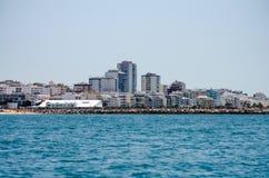 Παραλία και κτήρια στην ακτή του Αλγκάρβε, Πορτογαλία Στοκ Εικόνα