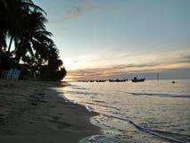 Παραλία και κύμα ηλιοβασιλέματος στοκ εικόνες