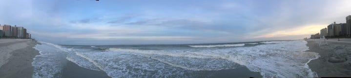 Παραλία και ουρανός ηλιοβασιλέματος στοκ φωτογραφίες