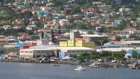 Παραλία και πόλη στη βουνοπλαγιά Kingstown, Άγιος Vincent και Γρεναδίνες απόθεμα βίντεο
