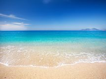 Παραλία και όμορφη τροπική θάλασσα στοκ εικόνες με δικαίωμα ελεύθερης χρήσης