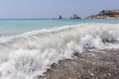 Παραλία κοντά στην πέτρα Aphrodite Κύπρος κλίση που αλιεύει το μεσογειακό καθαρό τόνο θάλασσας Στοκ Εικόνες