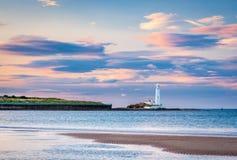 Παραλία κόλπων Whitley και φάρος του ST Mary ` s Στοκ φωτογραφία με δικαίωμα ελεύθερης χρήσης