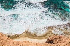 Παραλία, κύματα και νερό πυροβοληθείσες άνωθεν στοκ φωτογραφίες