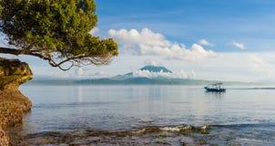 Παραλία μανιταριών που φαίνεται ο Βορράς προς το Μπαλί με το υποστήριγμα Agung στο υπόβαθρο Στοκ Εικόνα