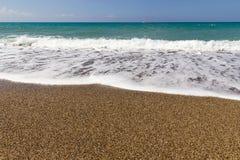 Παραλία με τα κύματα στοκ φωτογραφία με δικαίωμα ελεύθερης χρήσης