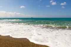 Παραλία με τα κύματα στοκ εικόνα με δικαίωμα ελεύθερης χρήσης