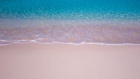 Παραλία με τα μικρά κύματα και ένα τέλειο στρώμα της λεπτής άμμου στοκ εικόνες