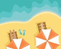 Παραλία με τους ανθρώπους που βρίσκονται στους αργοσχόλους ήλιων και τις ομπρέλες παραλιών Επίπεδη διανυσματική απεικόνιση διανυσματική απεικόνιση