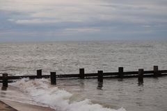 Παραλία Νόργουιτς Αγγλία Walcott σύστημα παράκτιας προστασίας που συγκρατεί τα κύματα στοκ εικόνα με δικαίωμα ελεύθερης χρήσης