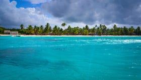 Παραλία παραδείσου στις Καραϊβικές Θάλασσες Στοκ Φωτογραφίες