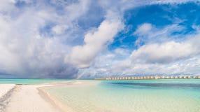 Παραλία παραδείσου των Μαλδίβες Τέλειο τροπικό νησί Όμορφοι φοίνικες και τροπική παραλία Ευμετάβλητος μπλε ουρανός και μπλε λιμνο Στοκ φωτογραφίες με δικαίωμα ελεύθερης χρήσης