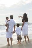 Παραλία περπατήματος μητέρων, πατέρων και οικογένειας παιδιών Στοκ φωτογραφία με δικαίωμα ελεύθερης χρήσης