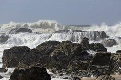 Παραλία που κτυπιέται δύσκολη από τα κύματα θάλασσας Στοκ εικόνες με δικαίωμα ελεύθερης χρήσης