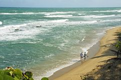 παραλία που περπατά μαζί στοκ εικόνες με δικαίωμα ελεύθερης χρήσης