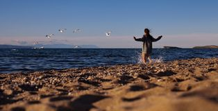 παραλία που τρέχει την αμμώδη γυναίκα Στοκ φωτογραφία με δικαίωμα ελεύθερης χρήσης