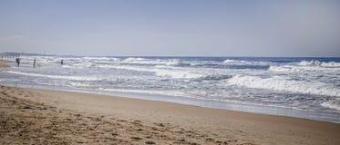Παραλία πόλεων το φθινόπωρο, άμμος, foamy κύματα Στοκ εικόνες με δικαίωμα ελεύθερης χρήσης