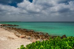 Παραλία στη Αρούμπα με την τυρκουάζ θάλασσα χρώματος στοκ φωτογραφίες με δικαίωμα ελεύθερης χρήσης