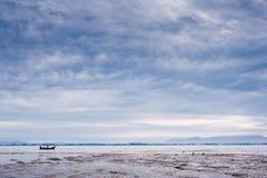 Παραλία στη χαμηλή παλίρροια Στοκ Εικόνες