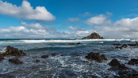 Παραλία στη Hana με τους μαύρους βράχους Στοκ Εικόνες