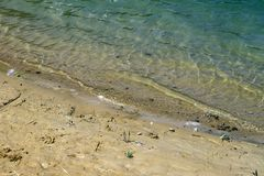 Παραλία στο θερινό χρόνο - μπλε κύματα και κίτρινη άμμος Στοκ Εικόνες