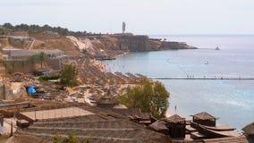 Παραλία στο ξενοδοχείο πολυτελείας με τις ομπρέλες και Sunbeds στη Ερυθρά Θάλασσα κοντά στην κοραλλιογενή ύφαλο Αίγυπτος απόθεμα βίντεο