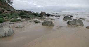 Παραλία στο Cantabric με τους βράχους και τη λεπτή άμμο απόθεμα βίντεο