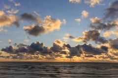 Παραλία της θάλασσας της Βαλτικής με το νεφελώδη ουρανό το καλοκαίρι Στοκ Εικόνα