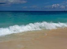 Παραλία της Τζαμάικας με τα συντρίβοντας κύματα στοκ εικόνες