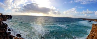 Παραλία του Αλγκάρβε με τον ωκεανό Στοκ εικόνα με δικαίωμα ελεύθερης χρήσης