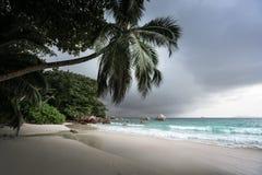 Παραλία του Λάτσιο Anse μετά από τη βροχή, νησί Praslin Στοκ εικόνες με δικαίωμα ελεύθερης χρήσης