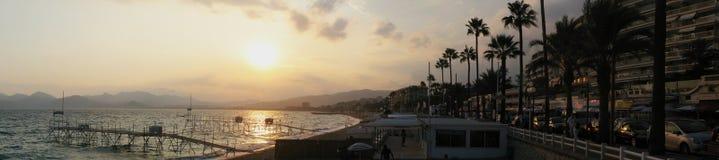 Παραλία του πανοράματος των Καννών, διάσημη πόλη σε γαλλικό Riviera κατά τη διάρκεια του ηλιοβασιλέματος - Μεσόγειος, Γαλλία, Ευρ στοκ φωτογραφία με δικαίωμα ελεύθερης χρήσης