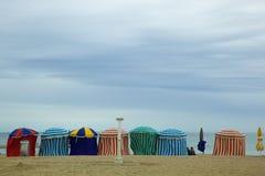 Παραλία το καλοκαίρι με τις σκηνές, τον ήλιο και το μπλε ουρανό Στοκ φωτογραφία με δικαίωμα ελεύθερης χρήσης