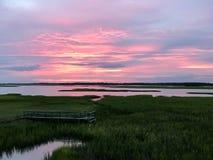 Παραλία τρέλας, Sc, μεσοπλεύριο ηλιοβασίλεμα υδάτινων οδών στην υγιή πλευρά περιοχής εδαφικής διάβρωσης στοκ εικόνες