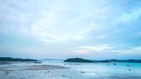 Παραλία φύσης με το ηλιοβασίλεμα στα μεσάνυχτα και τη ζωή παραλιών απόθεμα βίντεο
