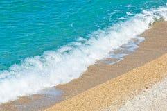 Παραλία χαλικιών άποψης θάλασσας και τυρκουάζ ήρεμη σκηνή νερού Στοκ φωτογραφίες με δικαίωμα ελεύθερης χρήσης